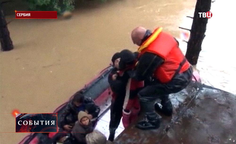 Спасатели Сербии эвакуируют жителей пострадавших от наводнения
