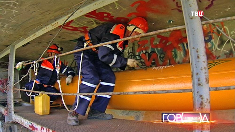 Работники Мосгаза осматривают газопровод