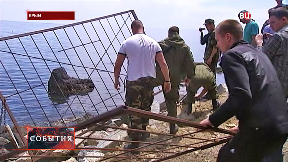 Снос незаконных ограждений вдоль береговой линии в Крыму