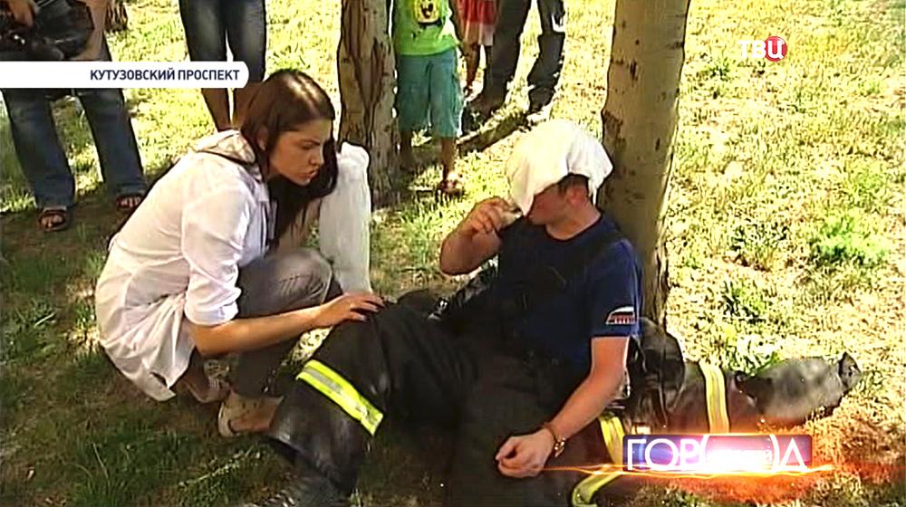 Врач оказывает помощь спасателю