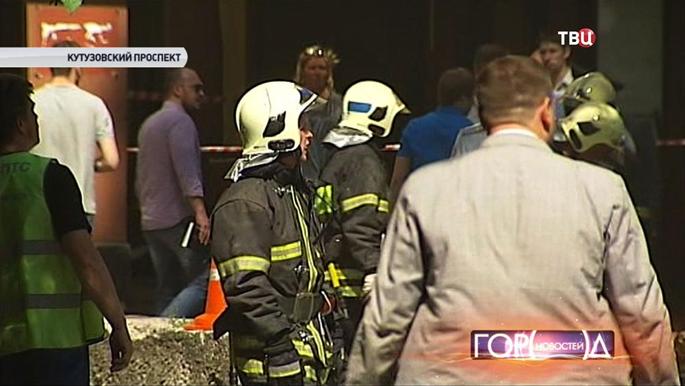 Пожарные на месте взрыва газа на Кутузовском проспекте