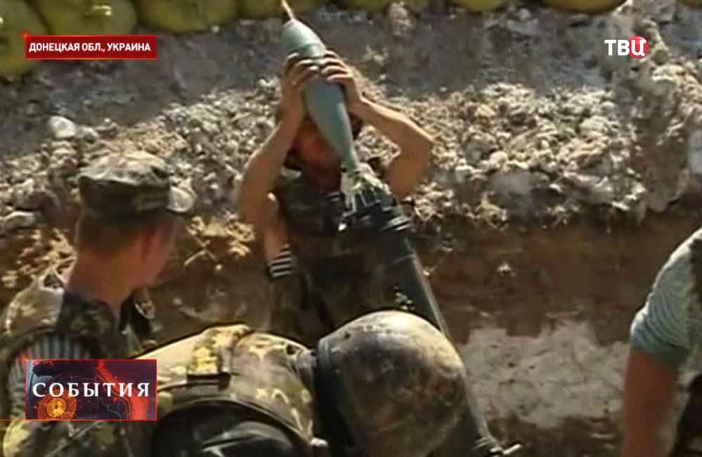 Украинские военные ведут минометный обстрел под Донецком