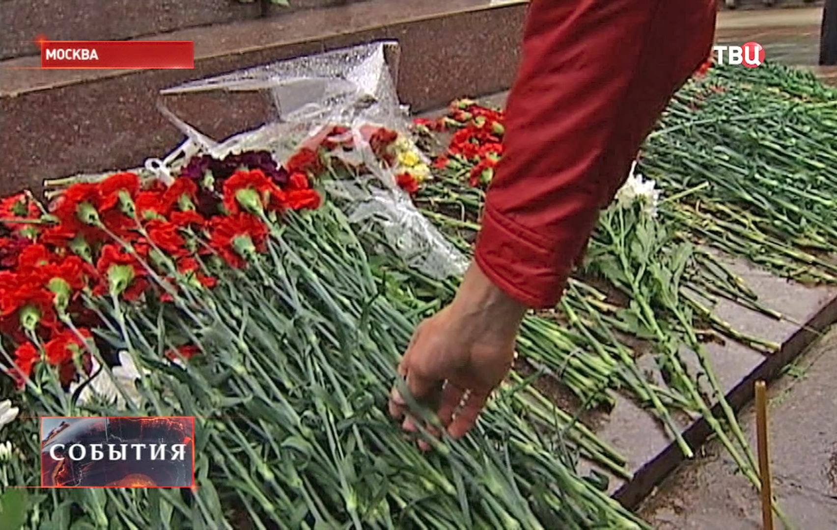Возлагают цветы к памятнику