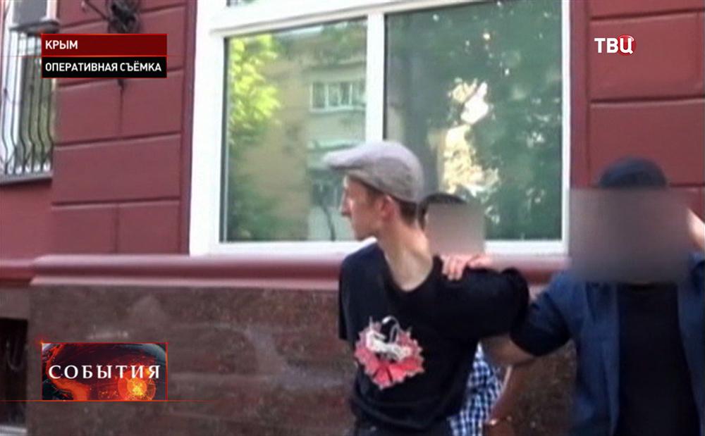 Крымские силовики ведут задержанного экстремиста