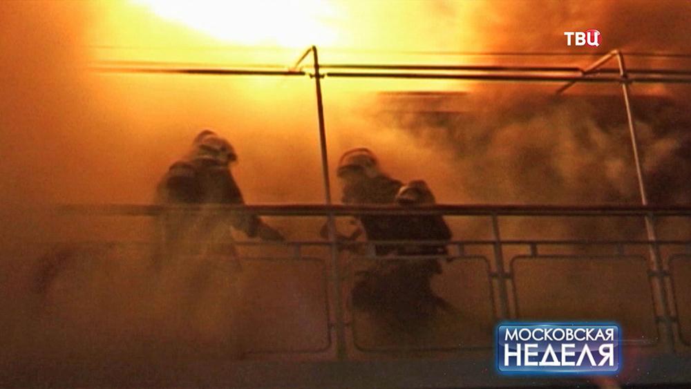 Пожарные тушат возгорание на корабле