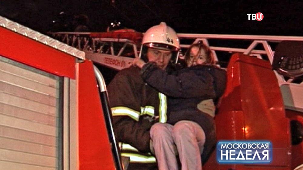 Пожарный эвакуирует пострадавших