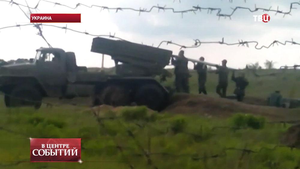 Бойцы Нацгвардии Украины заряжают ракетную установку