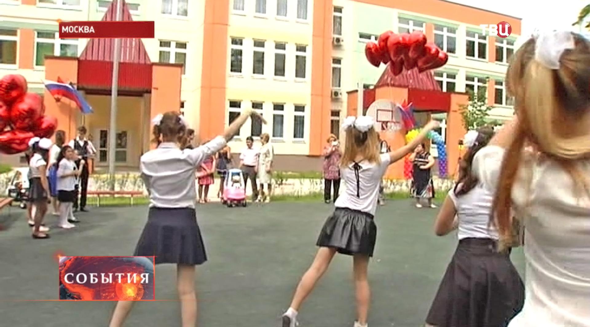 Дети танцуют у нового детского сада
