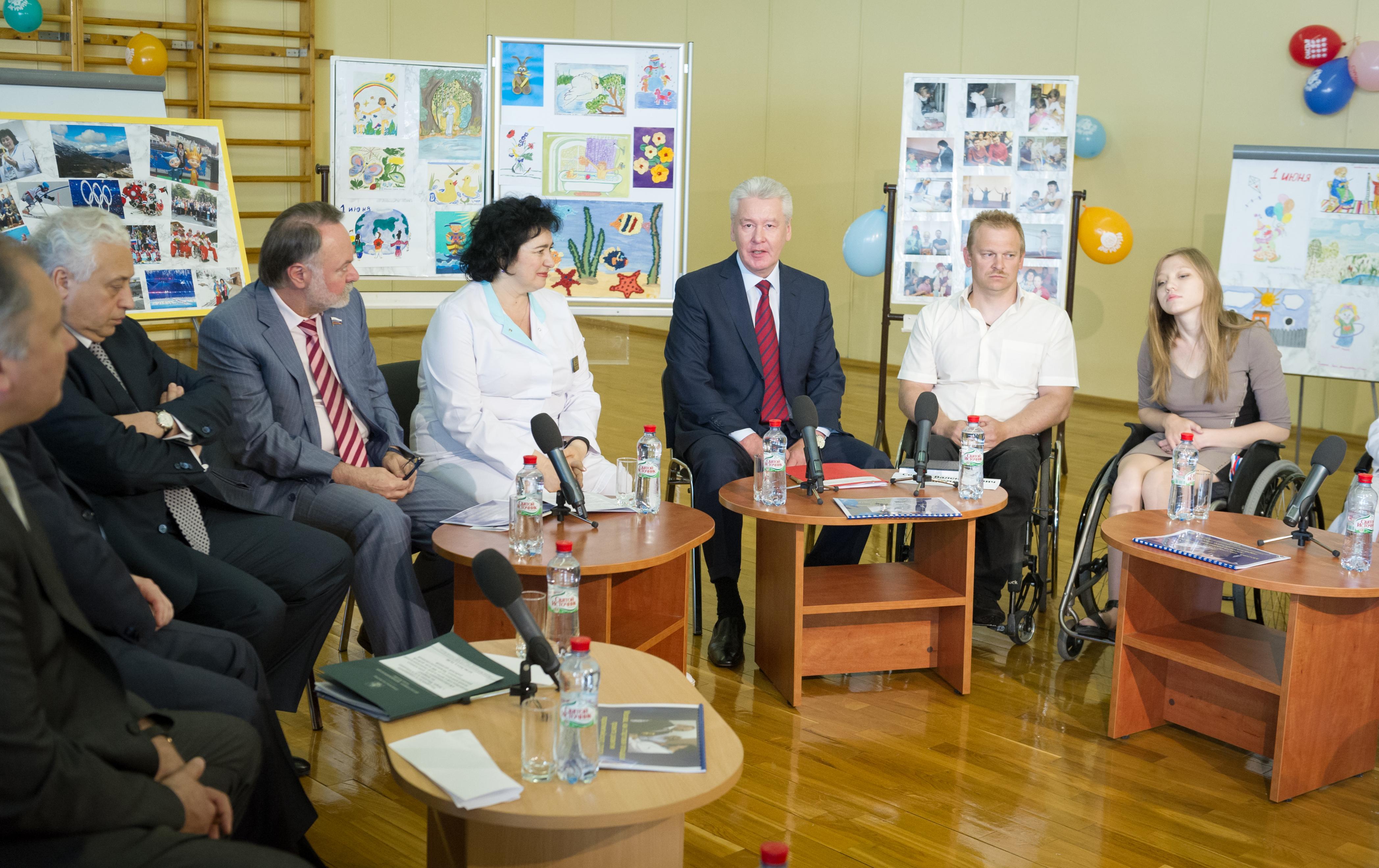 Сергей Собянин во время посещения центра детской психоневрологии