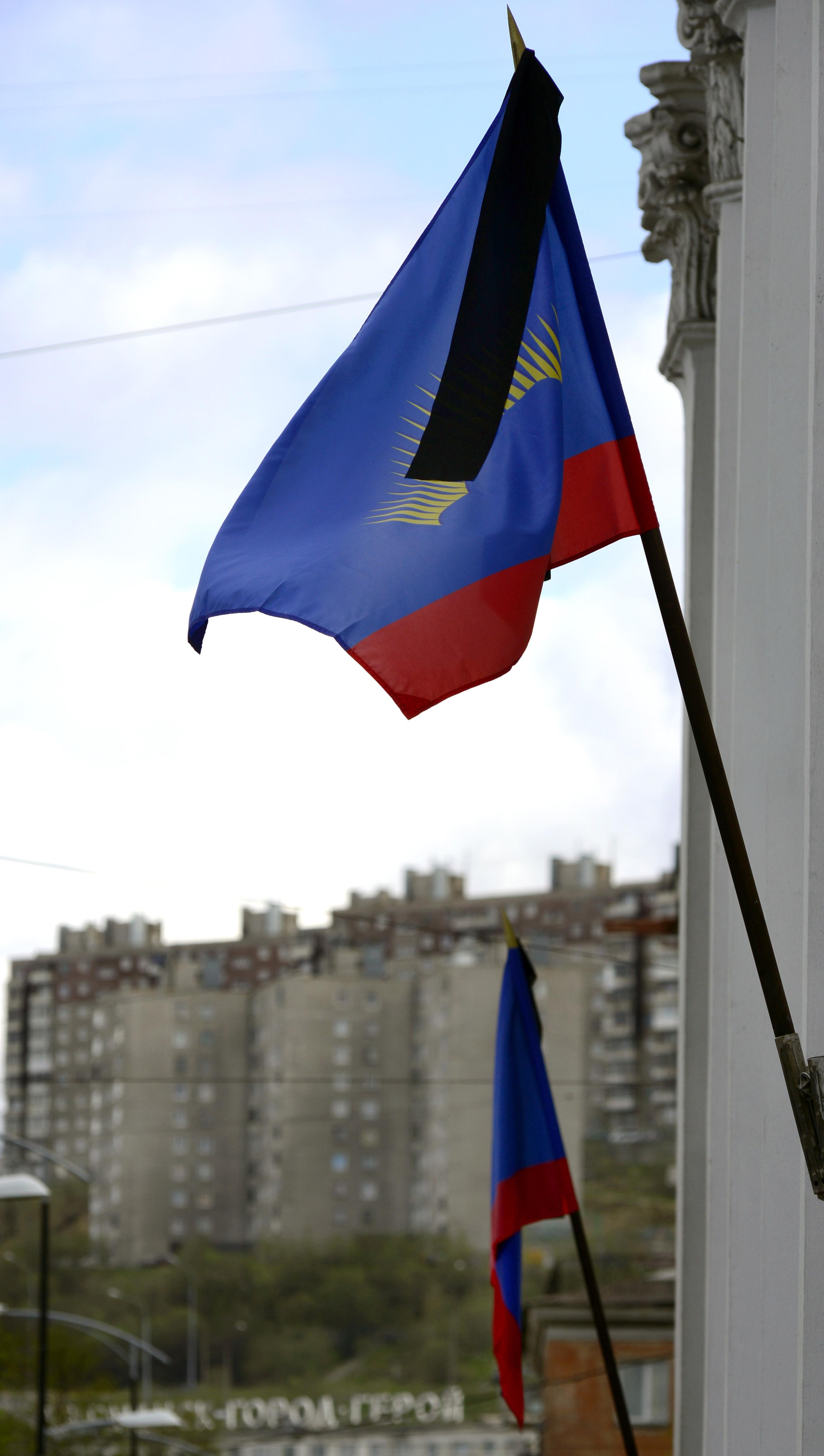 Приспущенный флаг на здании администрации Мурманской области
