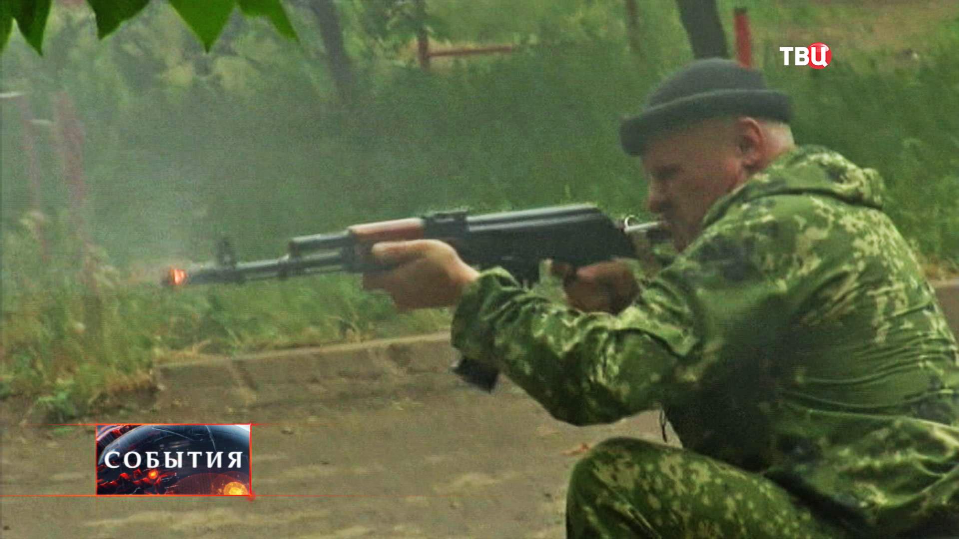 Ополченец ведет прицельную стрельбу