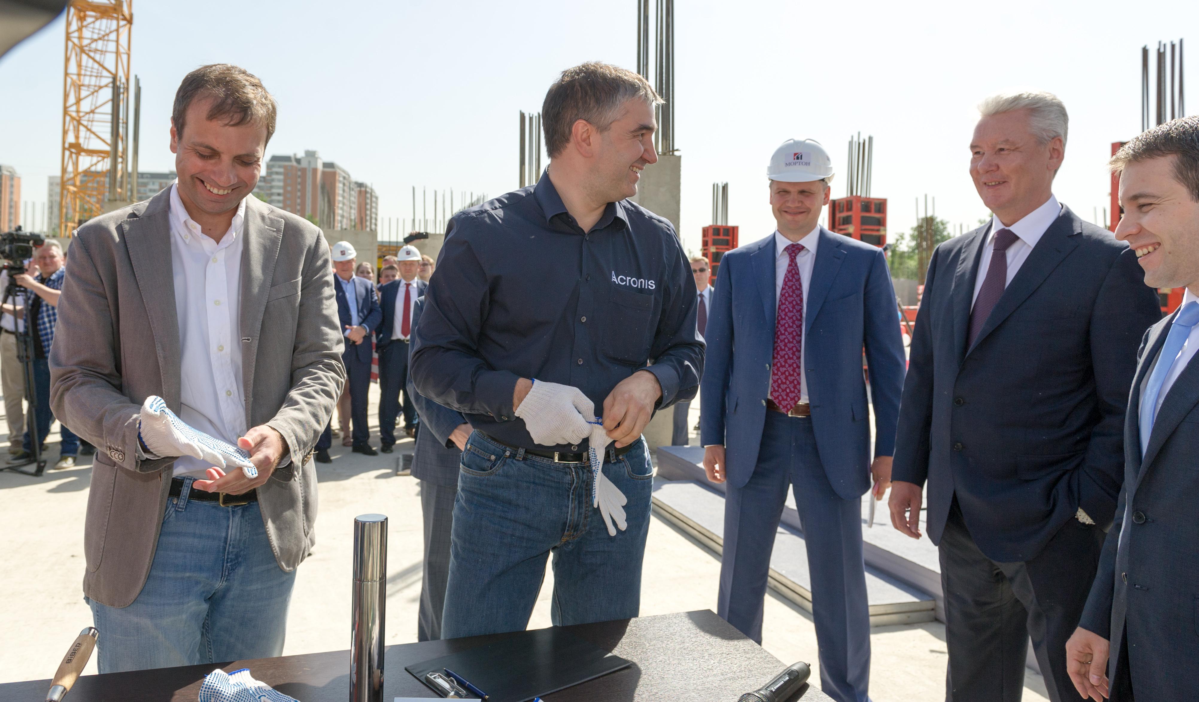 Сергей Собянин во время закладки капсулы в фундамент технопарка физико-технического института