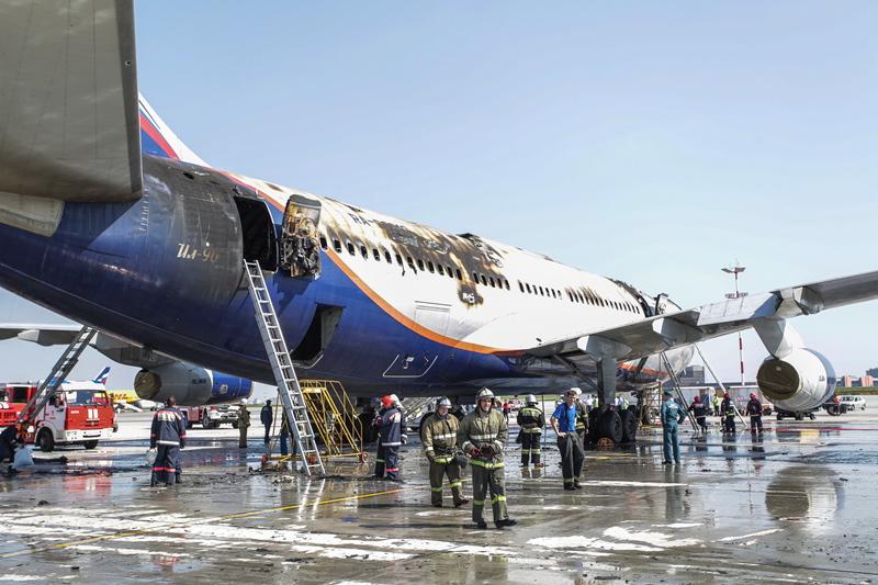 """Самолет авиакомпании """"Аэрофлот"""" Ил-96, потушенный после пожара"""