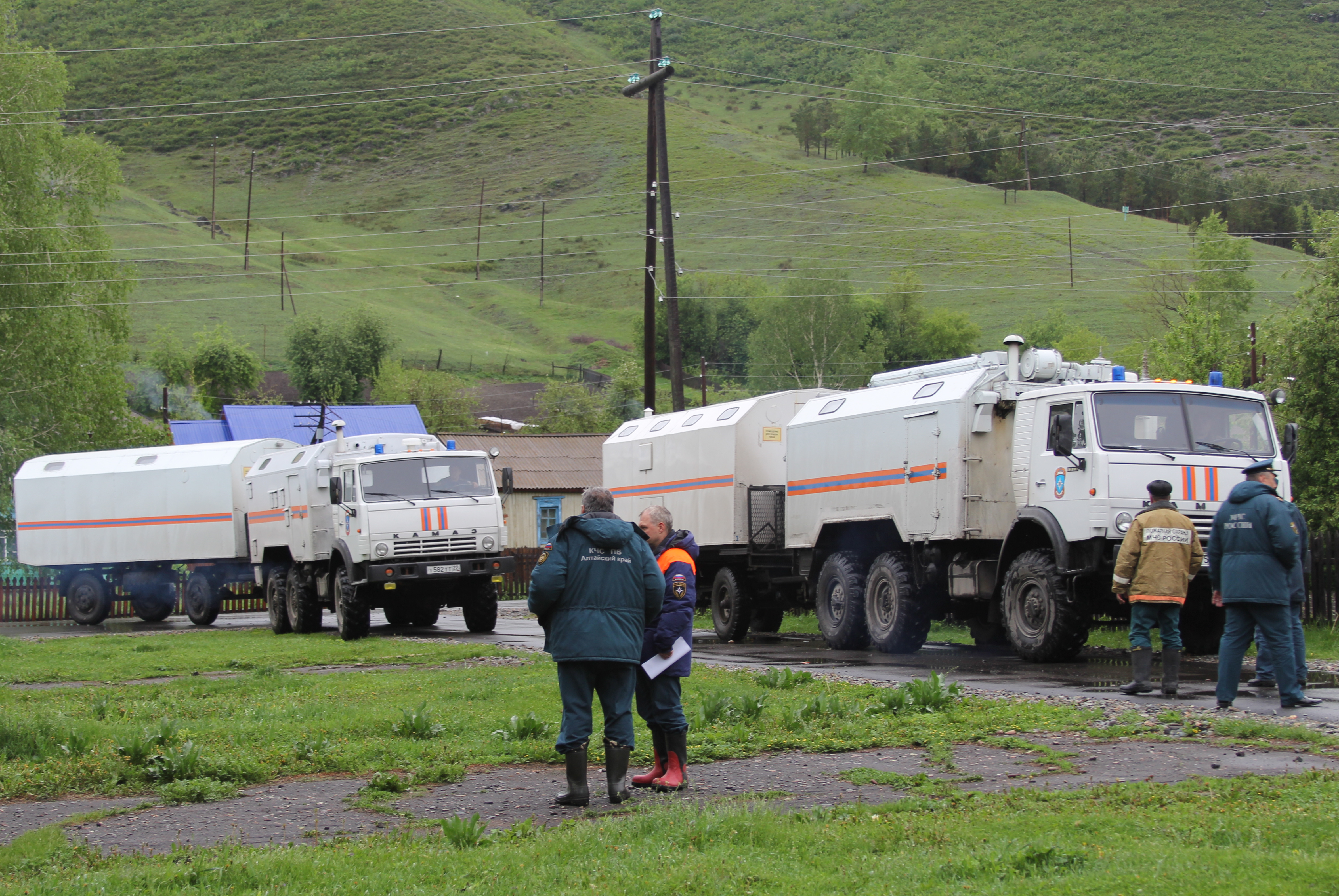 Сотрудники МЧС в одном из населенных пунктов, пострадавших от паводка