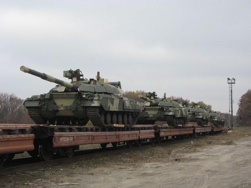 """Украинские танки """"Булат"""" на железнодорожной платформе"""