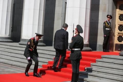 Солдат, уронивший карабин на инаугурации Порошенко