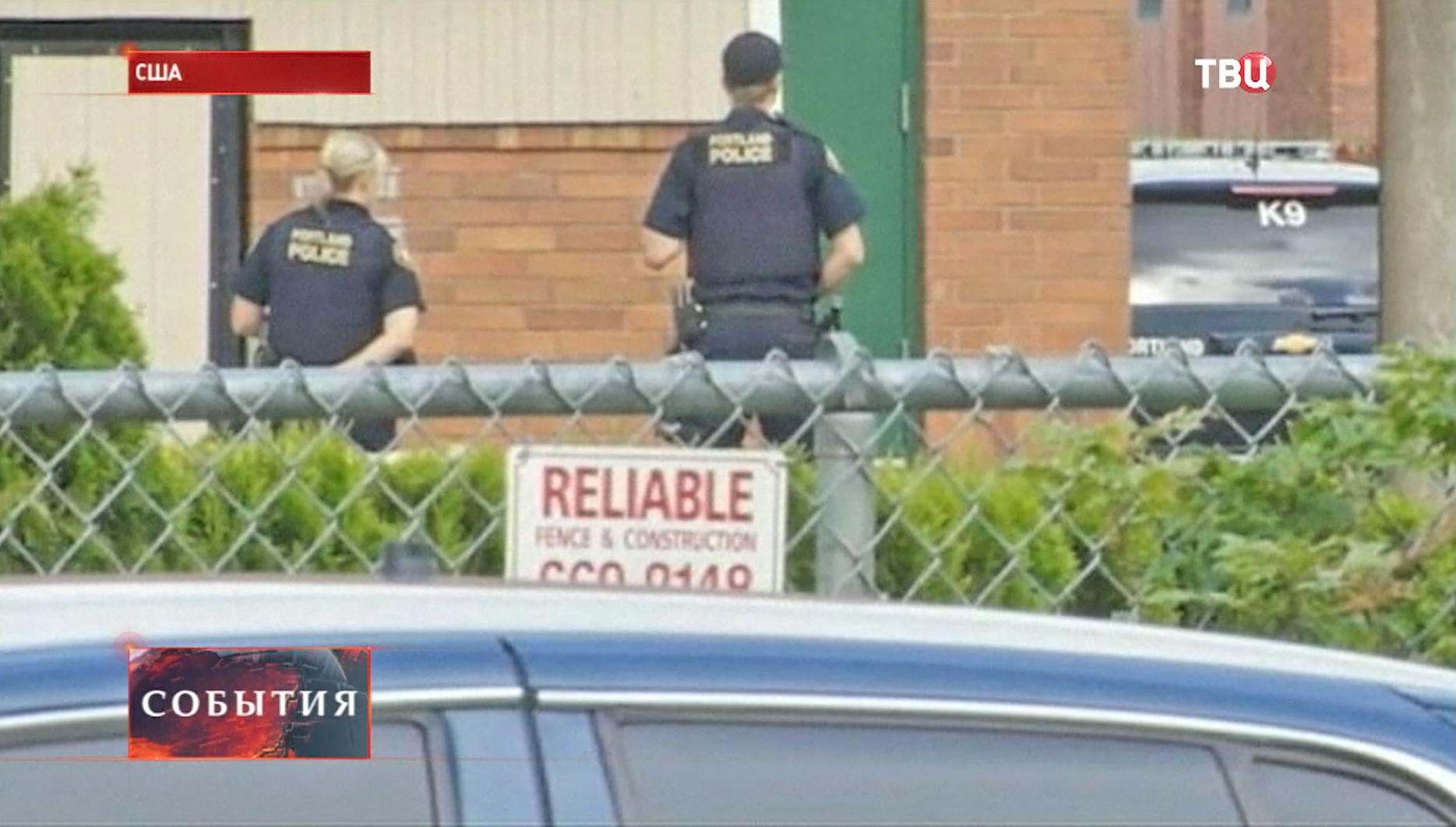Полиция на месте стрельбы в США