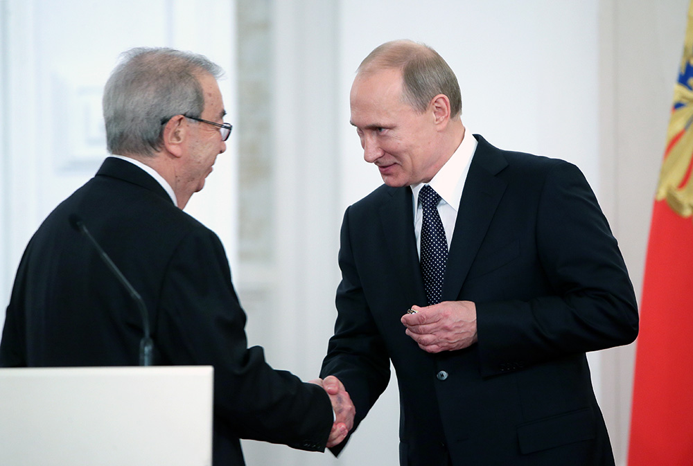 Президент РФ Владимир Путин вручает госпремию Евгению Примакову