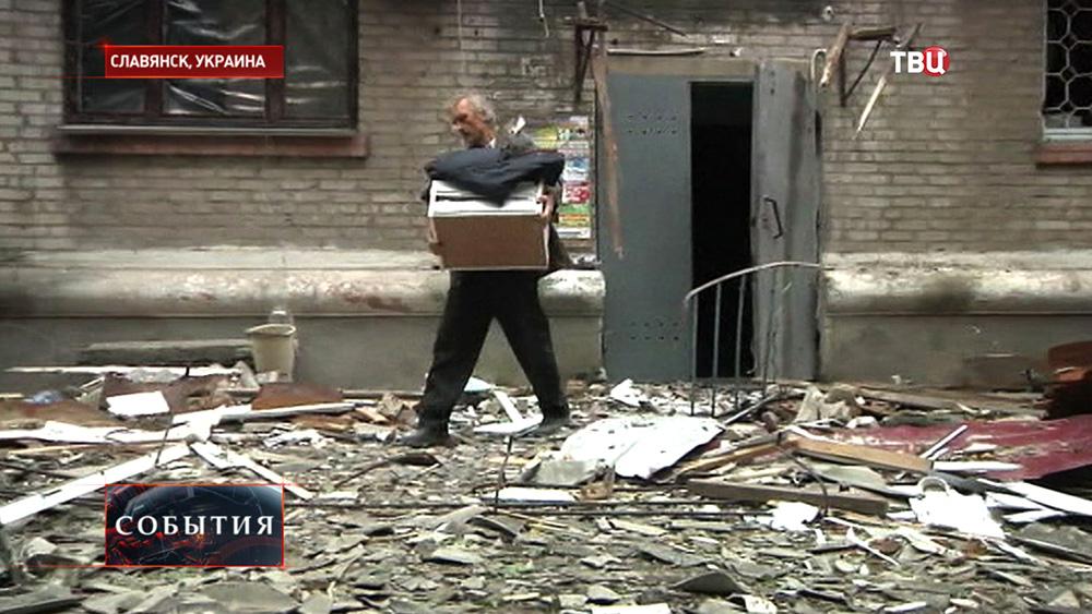 Жители Славянска выносят вещи из разрушенных домов