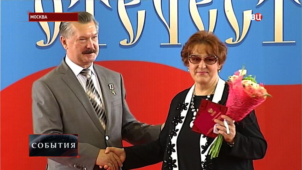 """Награждение за вклад в патриотическое воспитание на выставке """"Символы Отечества"""""""