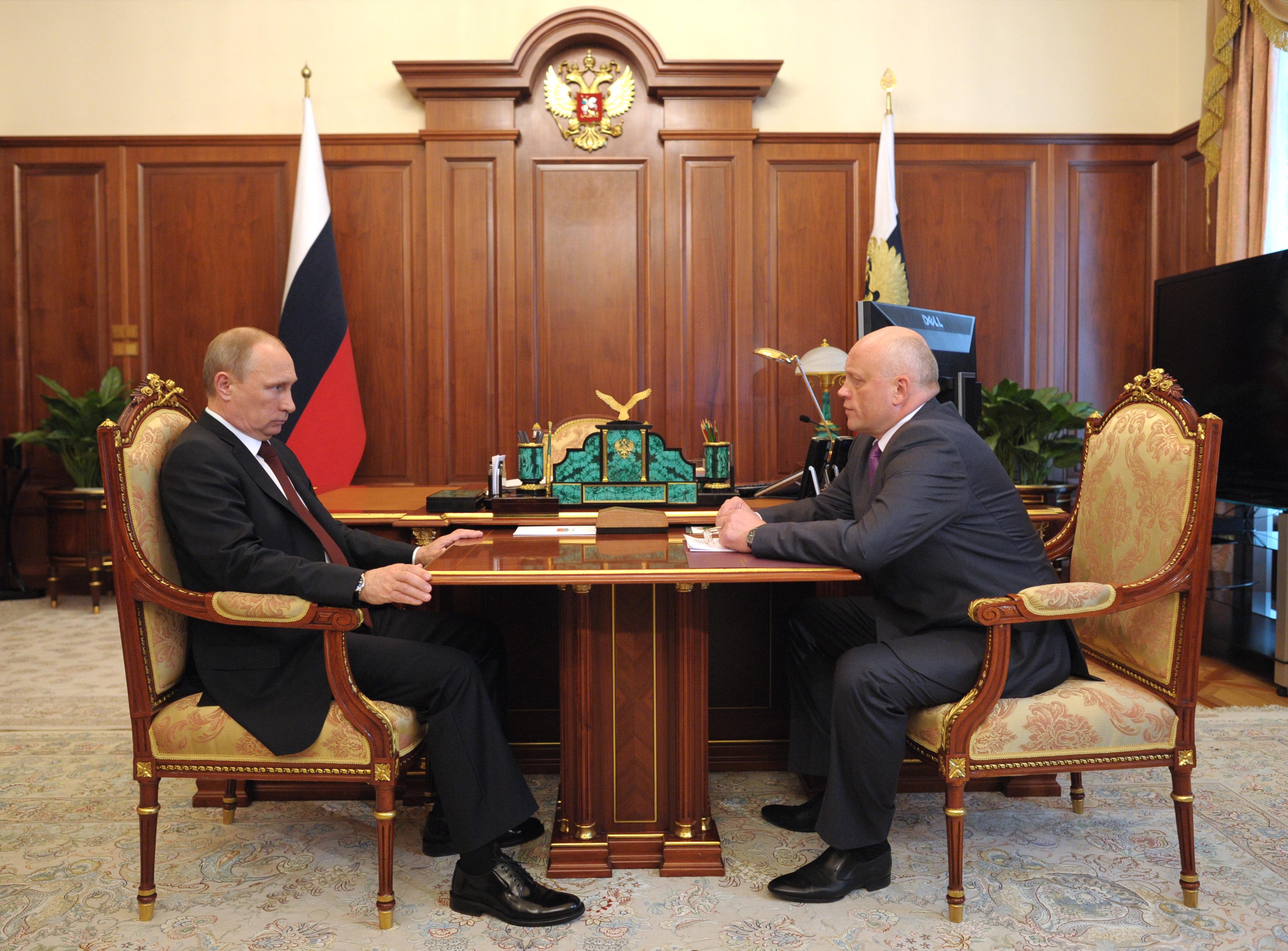 Президент России Владимир Путин и губернатор Омской области Виктор Назаров во время встречи