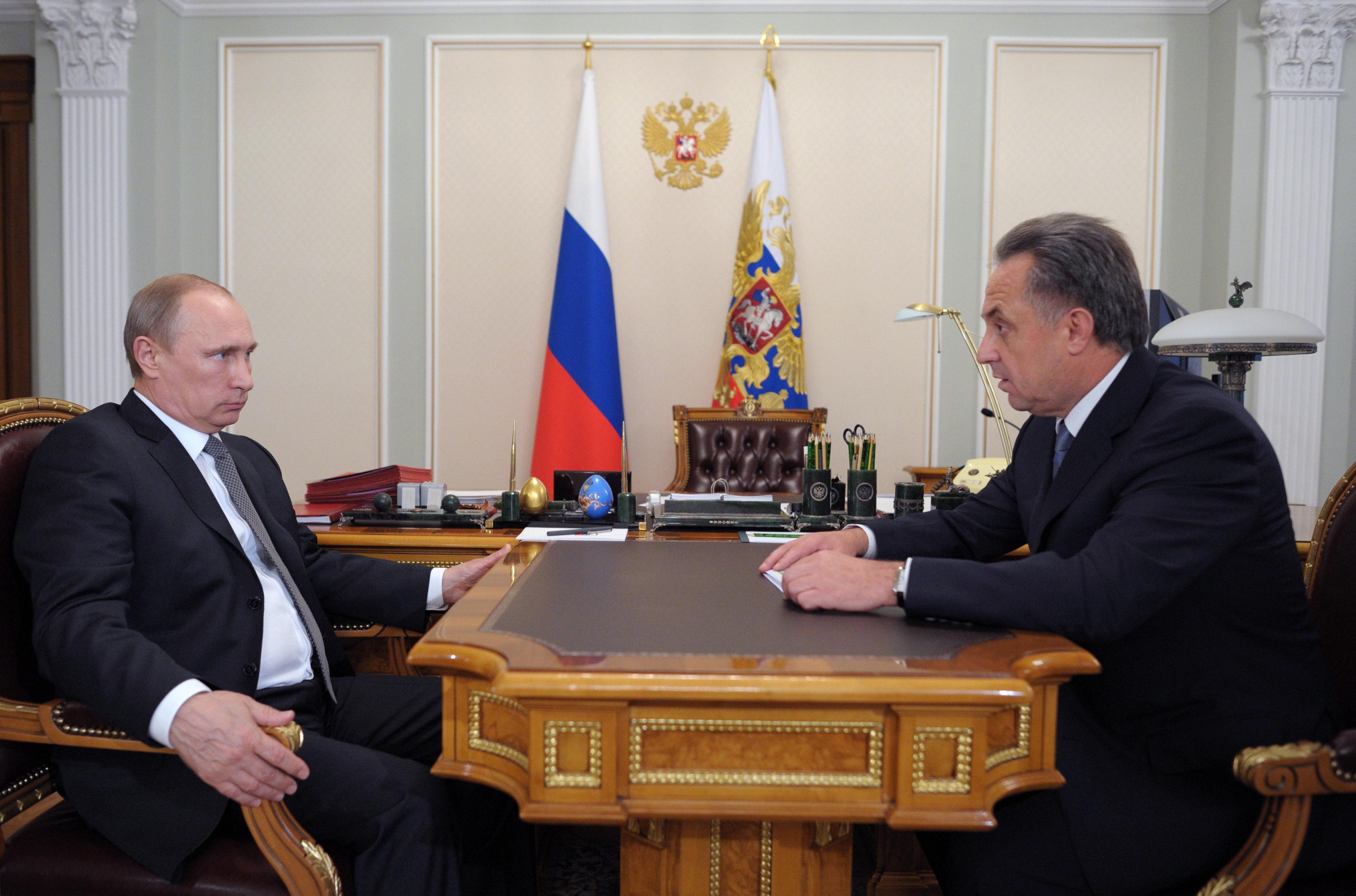 Президент России Владимир Путин и министр спорта РФ Виталий Мутко во время встречи