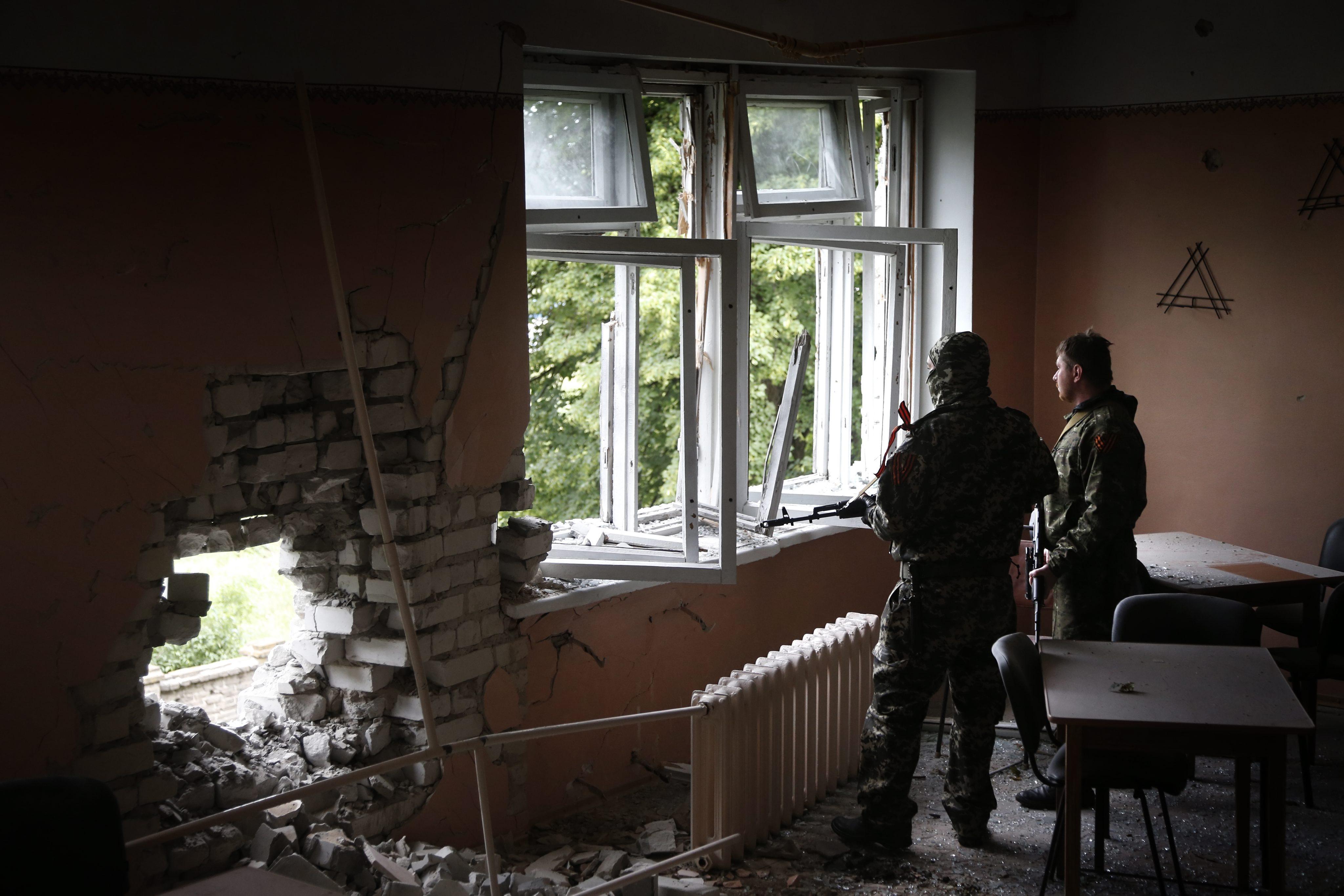 Последствия артиллерийского обстрела Луганска