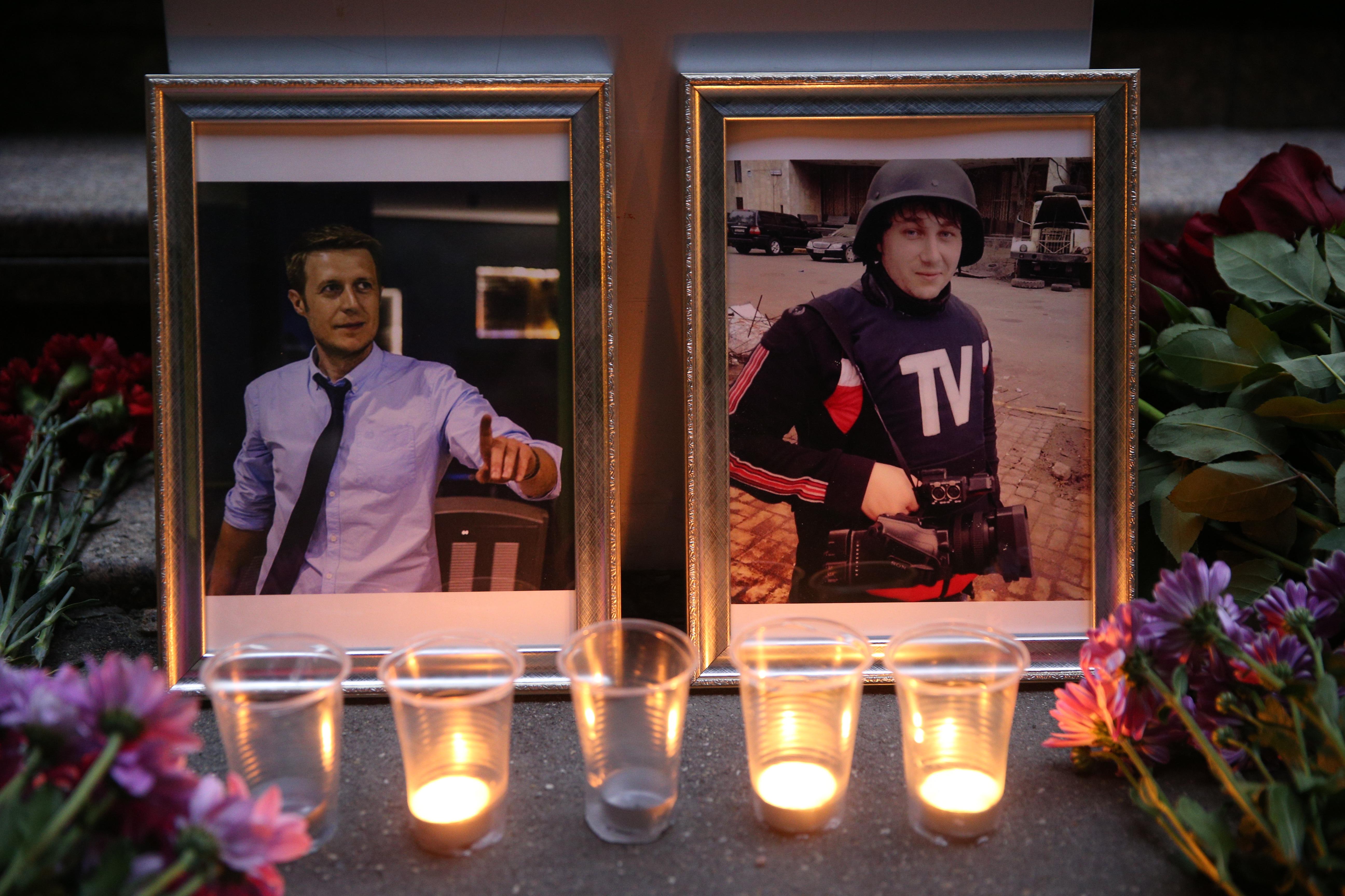 Цветы и свечи у здания ВГТРК в память о погибших журналистах ВГТРК