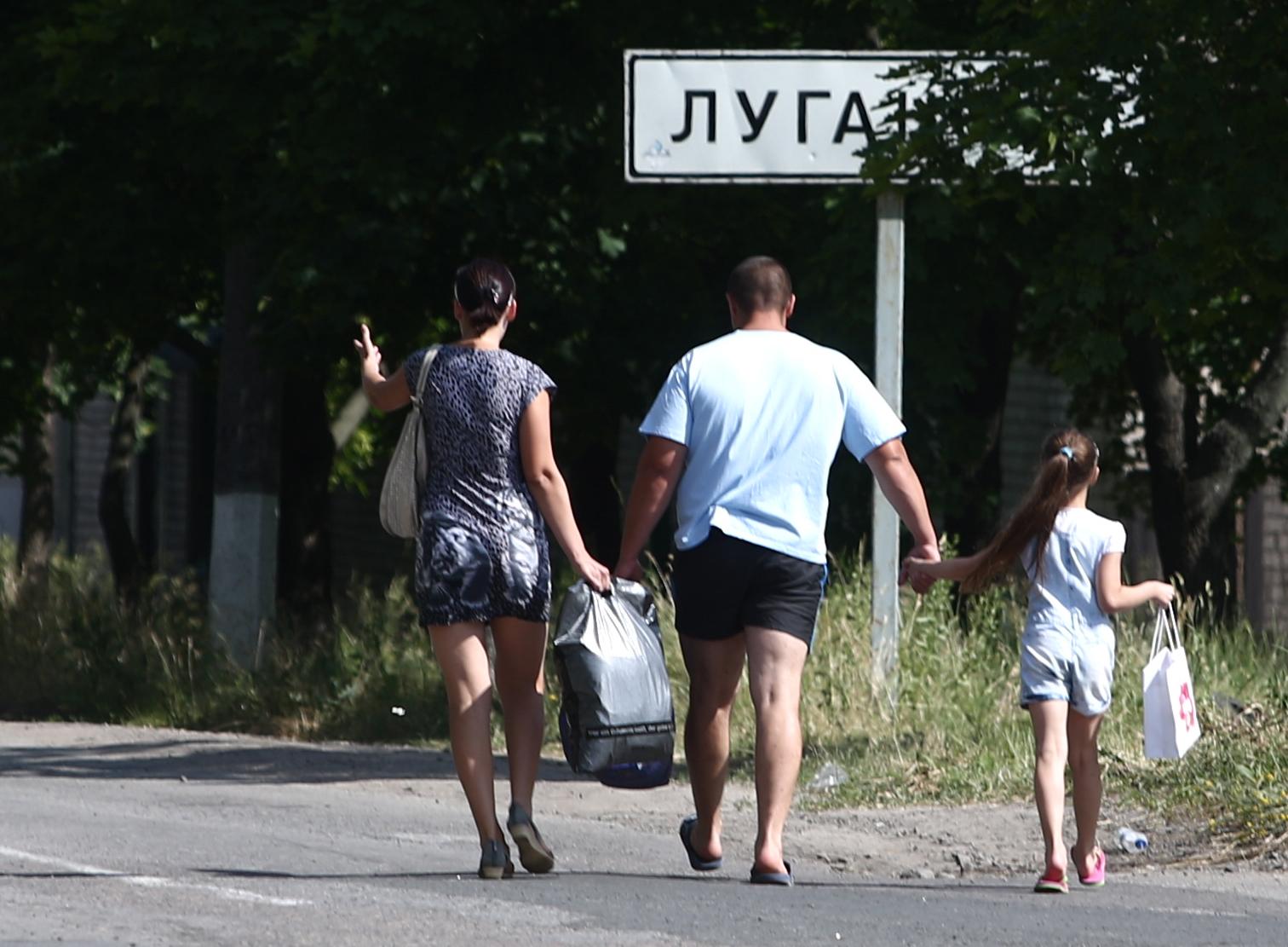 Местные жители во время эвакуации из поселка Металлист