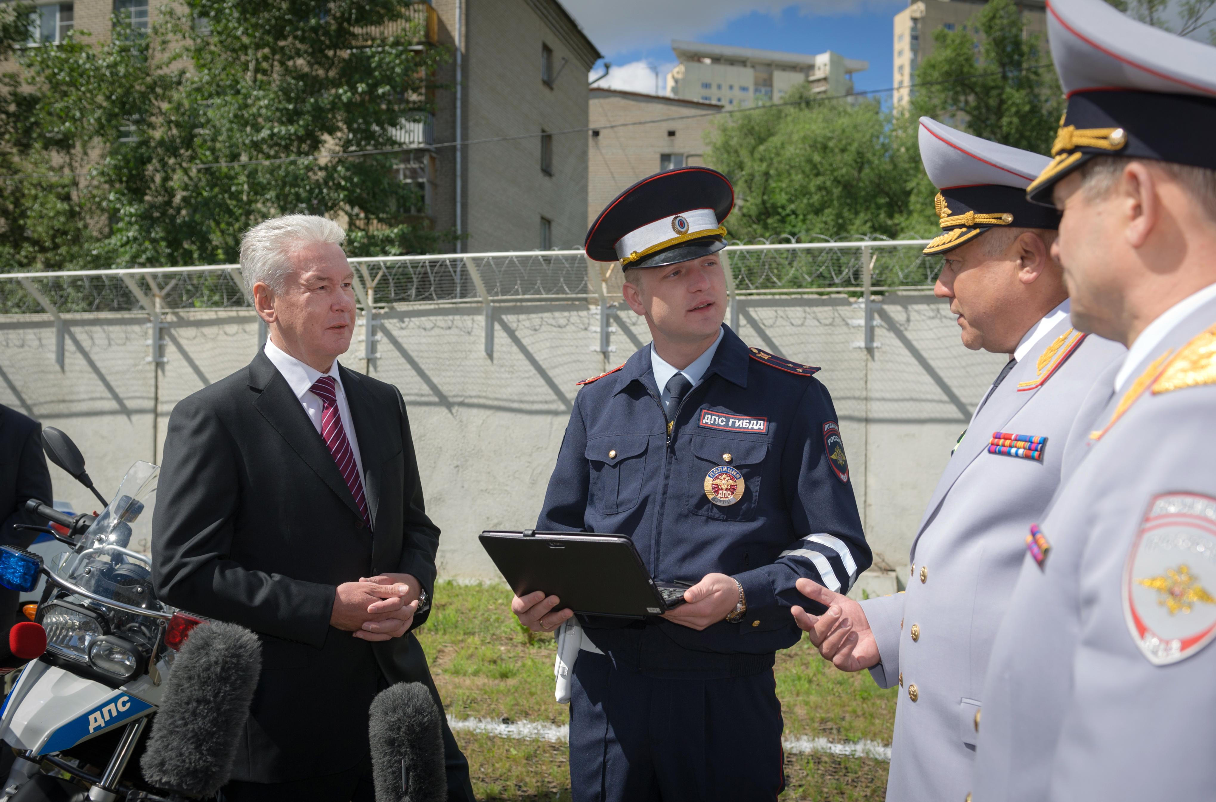 Сергей Собянин во время вручения комплексов «Мобильный инспектор» сотрудникам ГИБДД