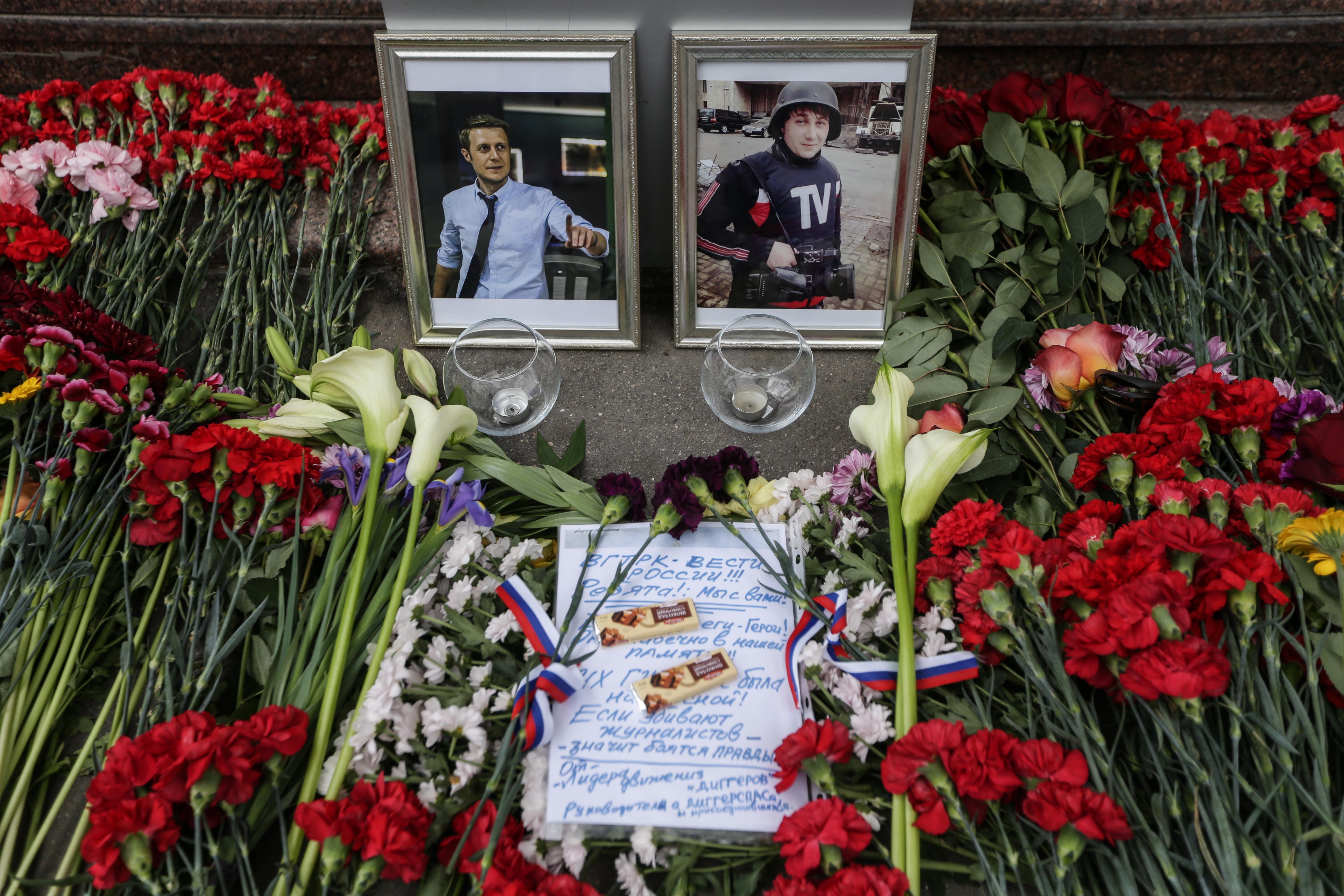 Цветы у здания ВГТРК в память о погибших журналистах