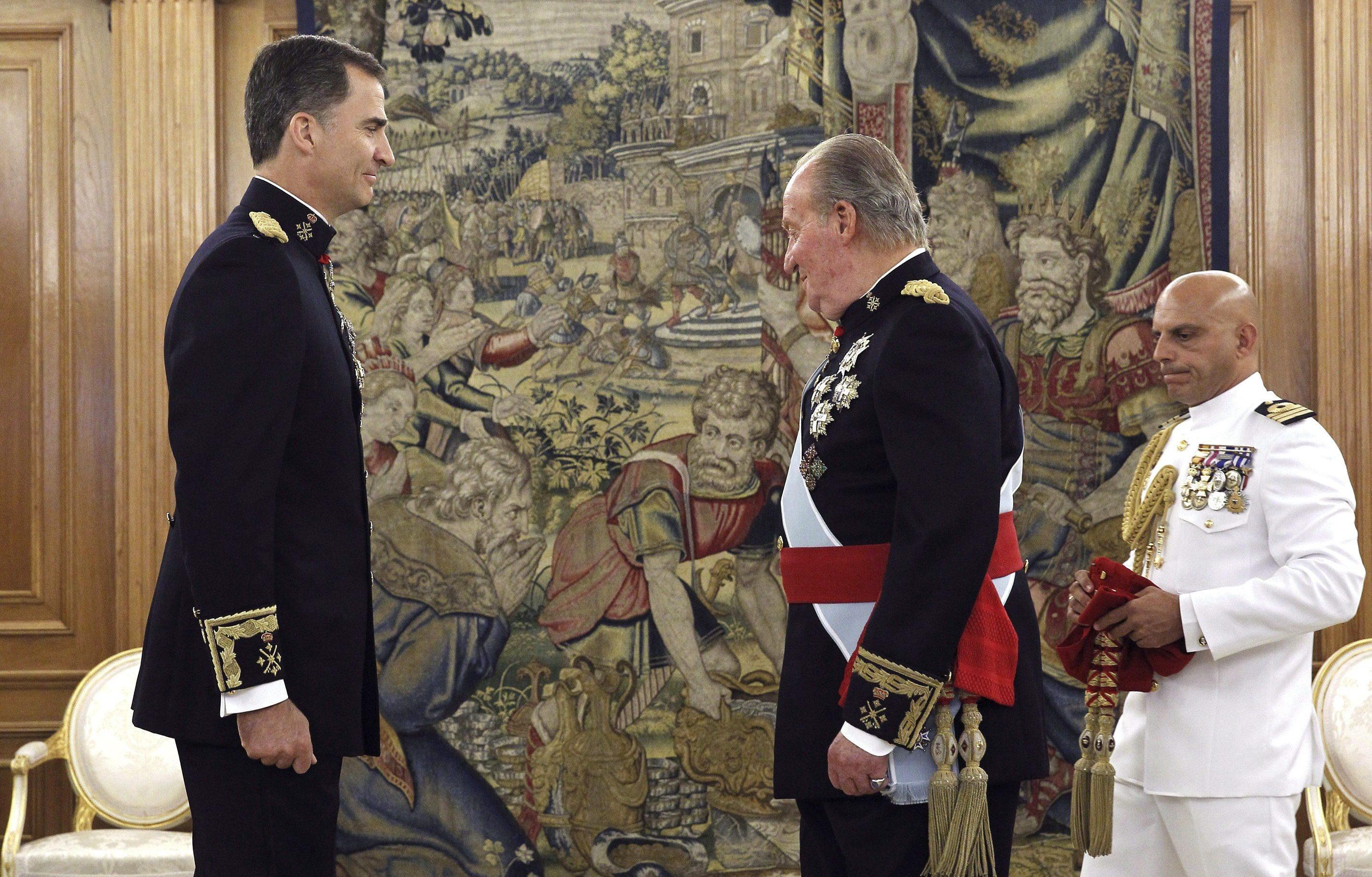 Новый король Испании Филипп VI и отрекшийся от престола его отец Хуан Карлос I во время церемонии коронации