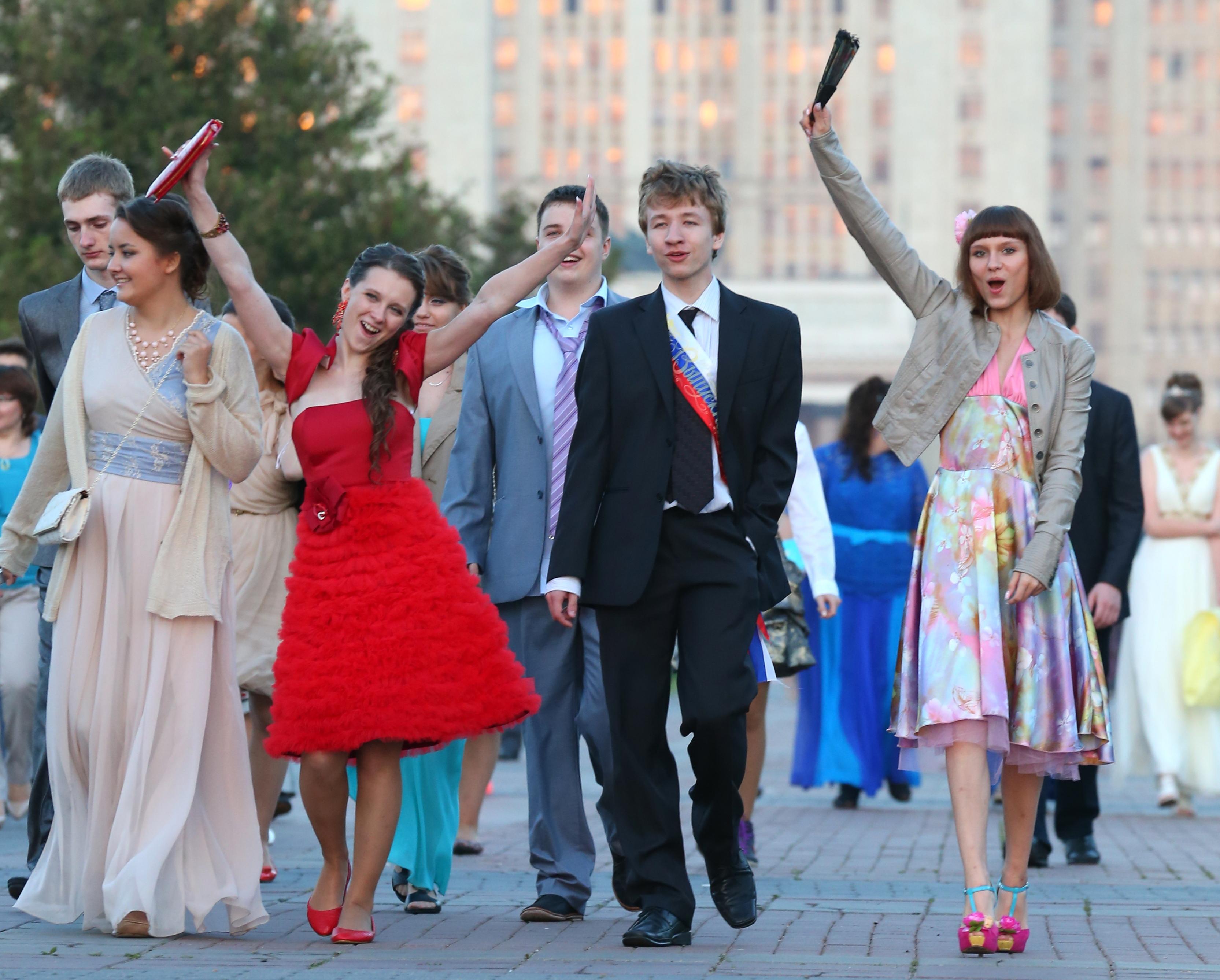 Выпускники школ у здания МГУ