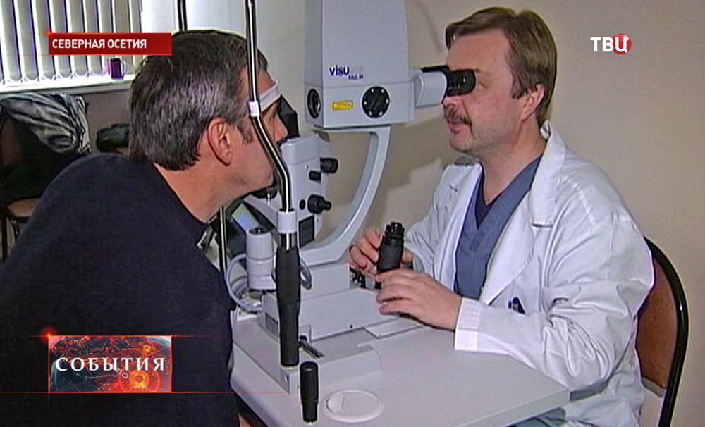 Офтальмолог проверяет зрение пациента