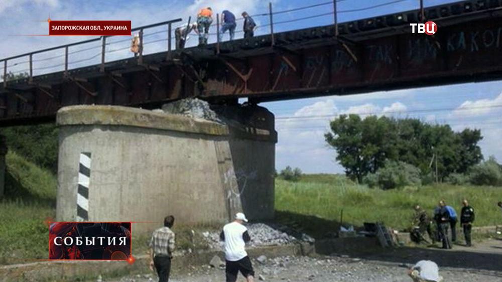 Последствия подрыва железнодорожного моста в Запорожской области