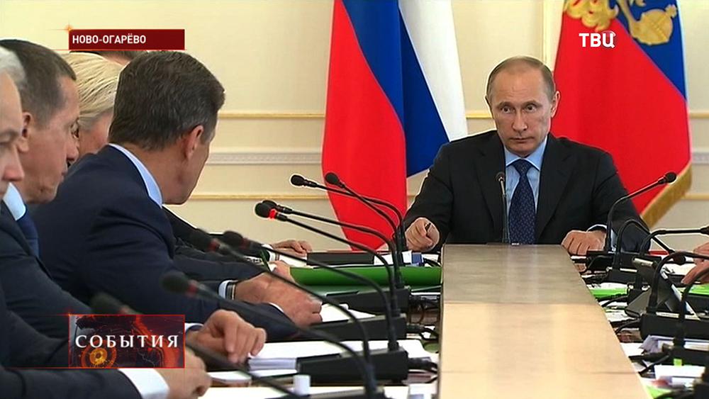Владимир Путин на совещании с членами правительства РФ