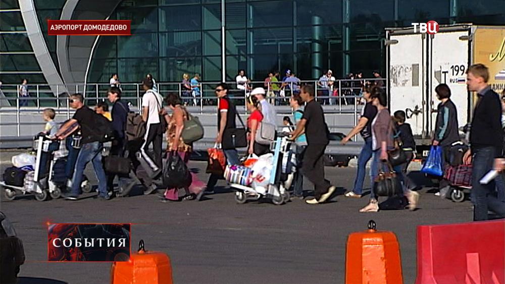 """Беженцы с Украины в аэропорту """"Домодедово"""""""