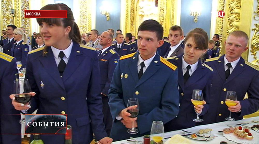 Выпускников военных вузов в Кремле