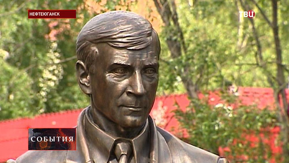 Памятник мэру Нефтеюганска Владимиру Петухову