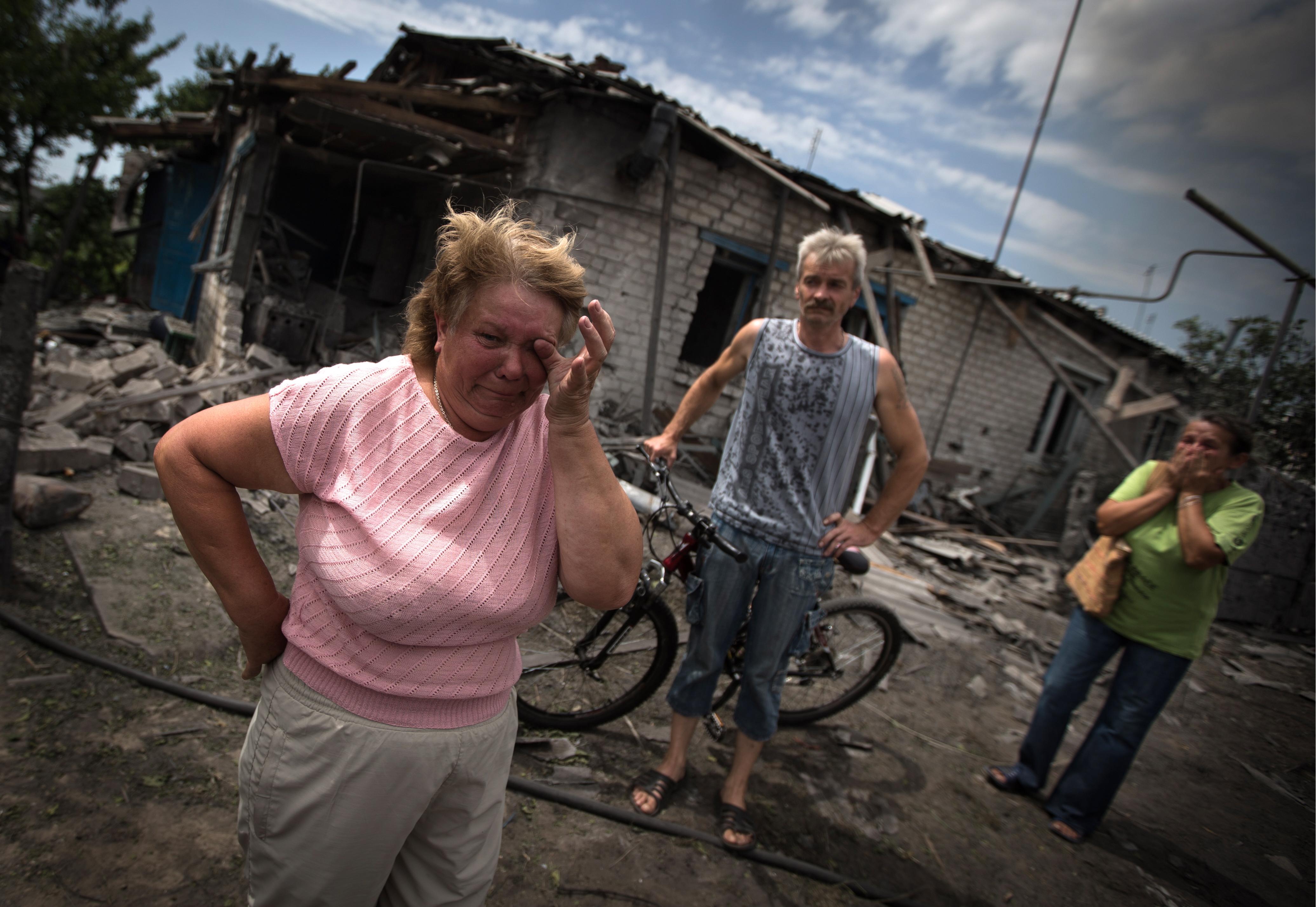 Жители станицы Луганская у разрушенного дома