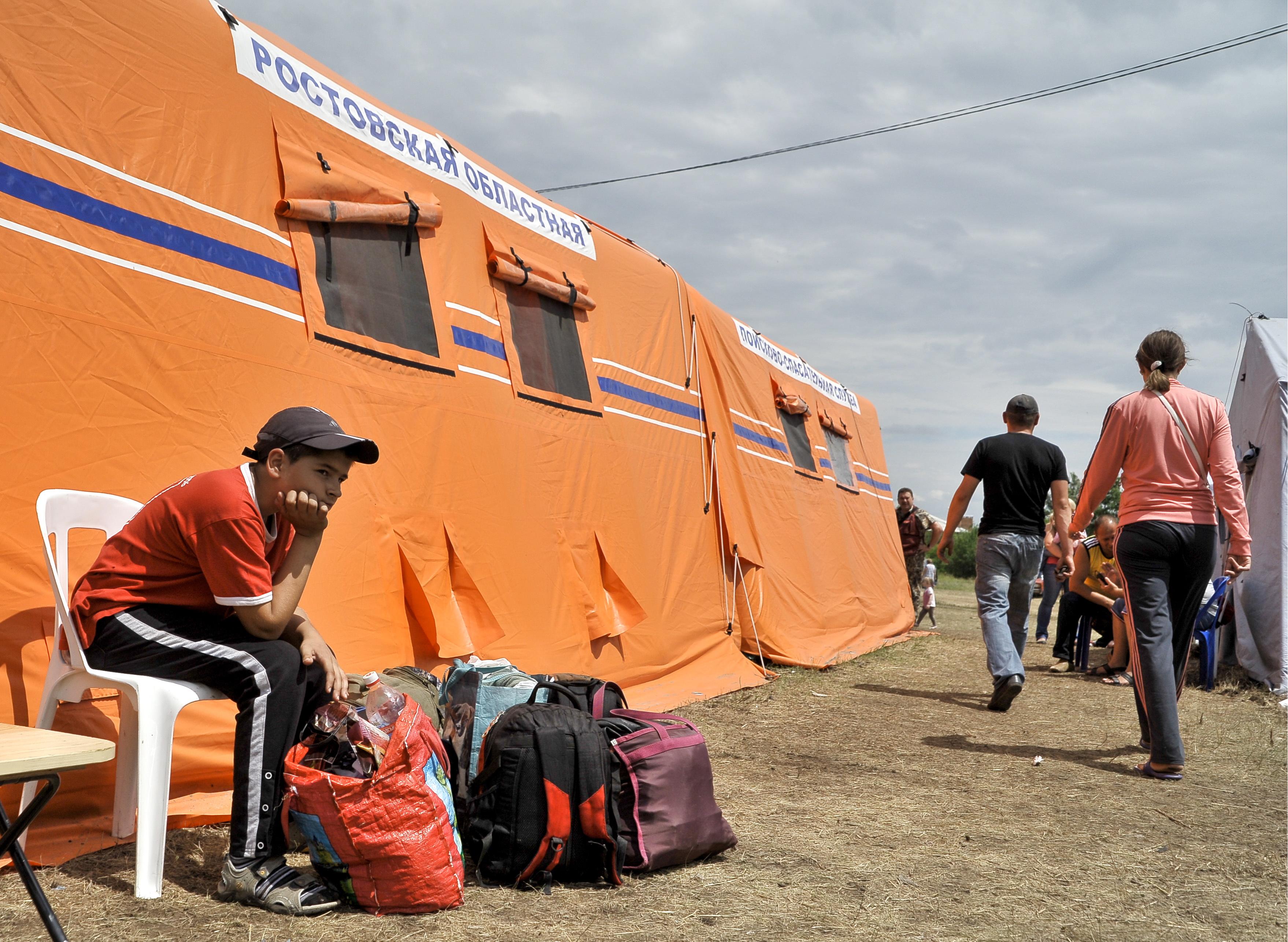 На территории палаточного лагеря для беженцев под Донецком Ростовской области