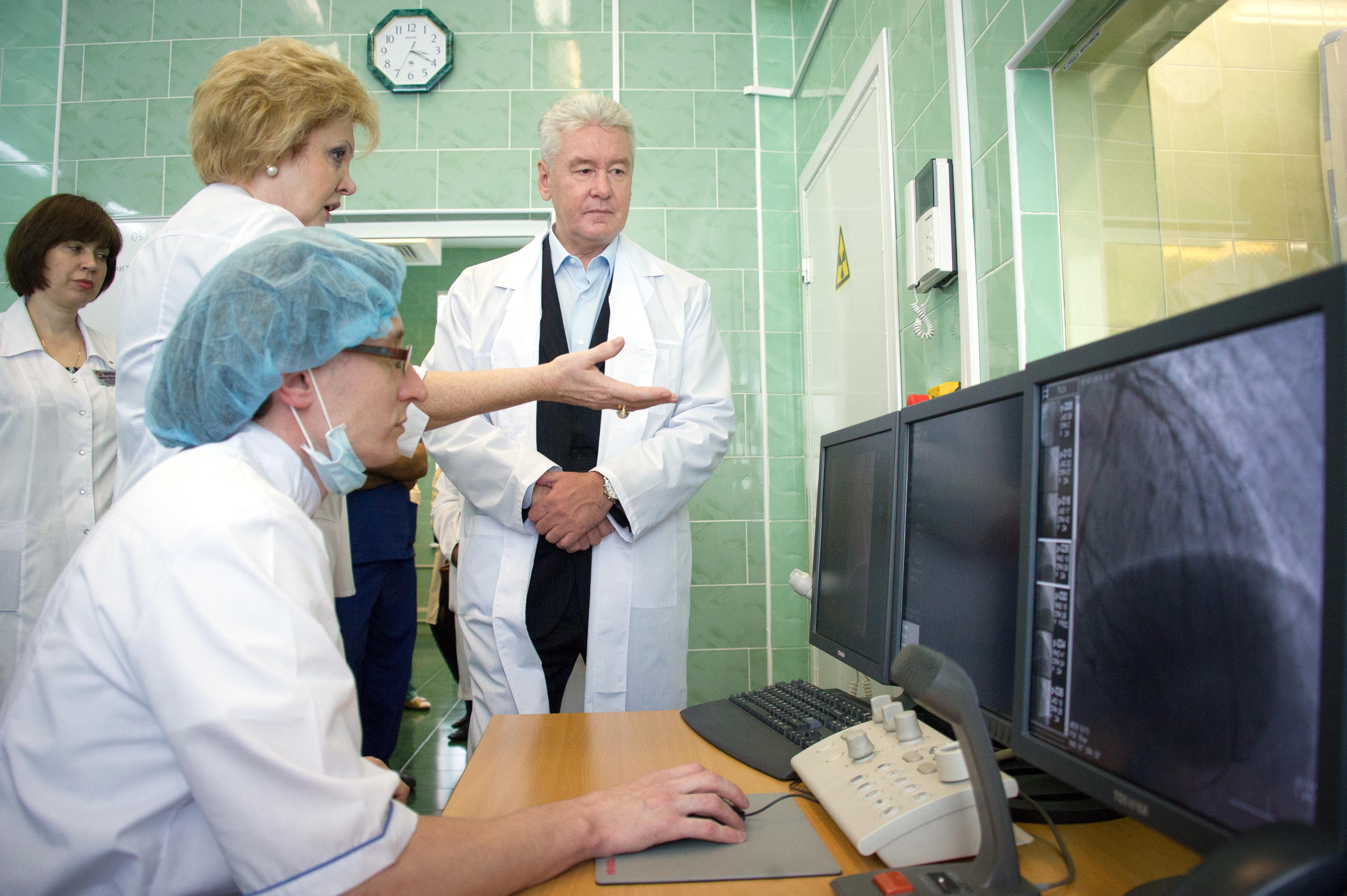 Сергей Собянин беседует с врачами клинико-диагностического отделения больницы № 64
