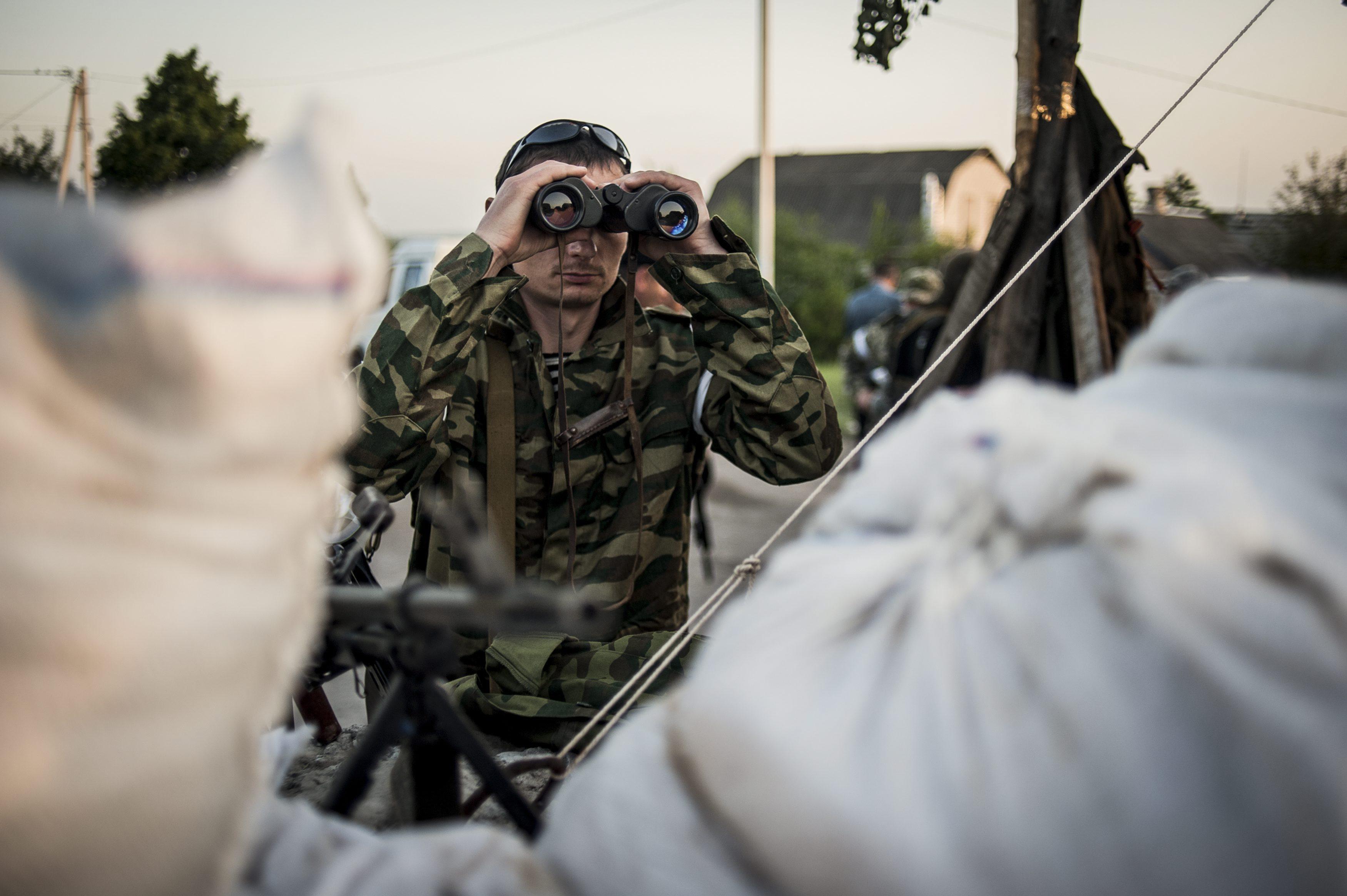 Боец народного ополчения Донбасса на блокпосту
