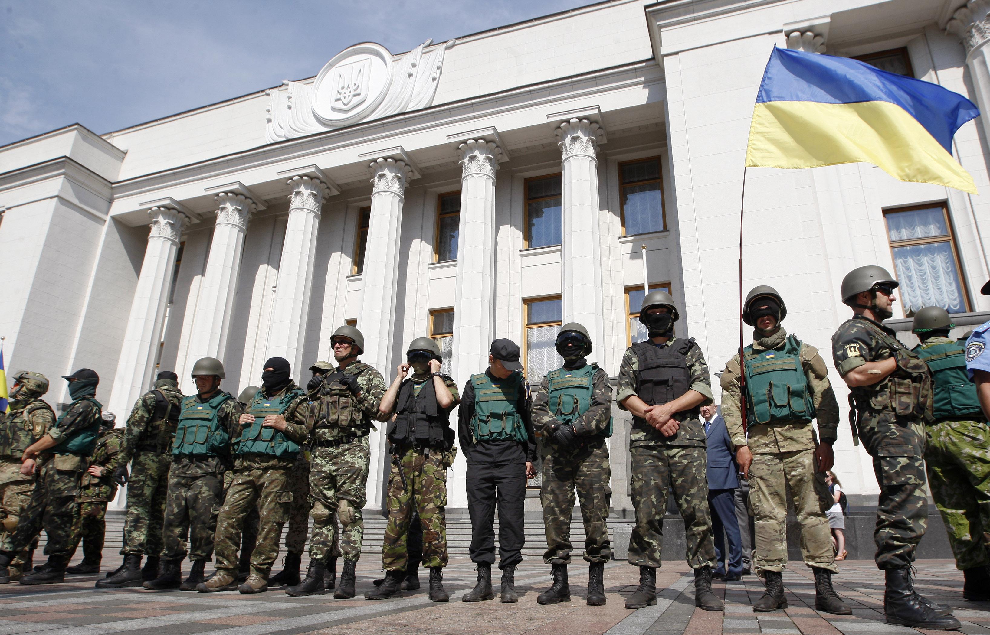 """Бойцы батальона """"Донбасс"""" около здания Верховной Рады Украины"""