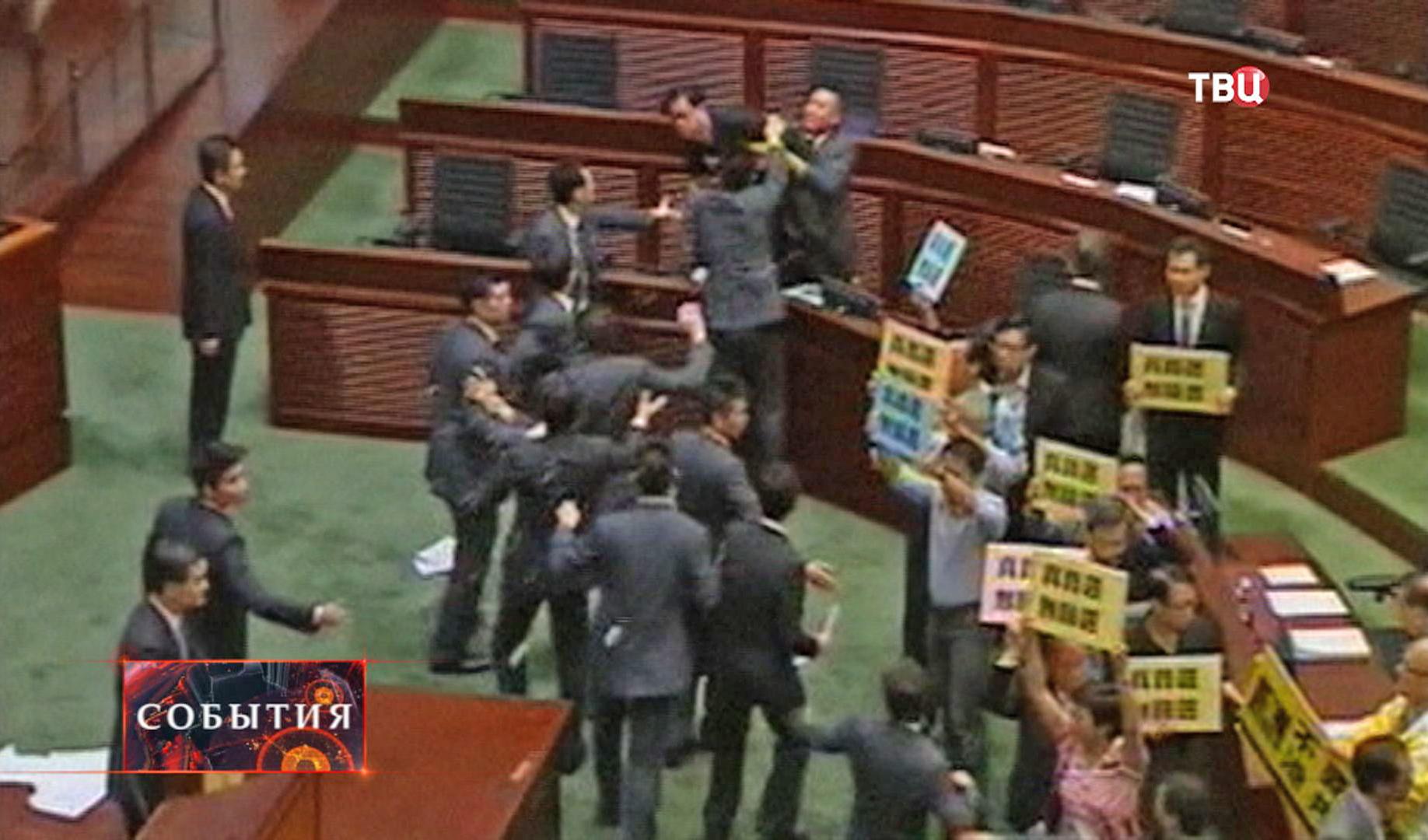 Потасовка в законодательном собрании Гонконга