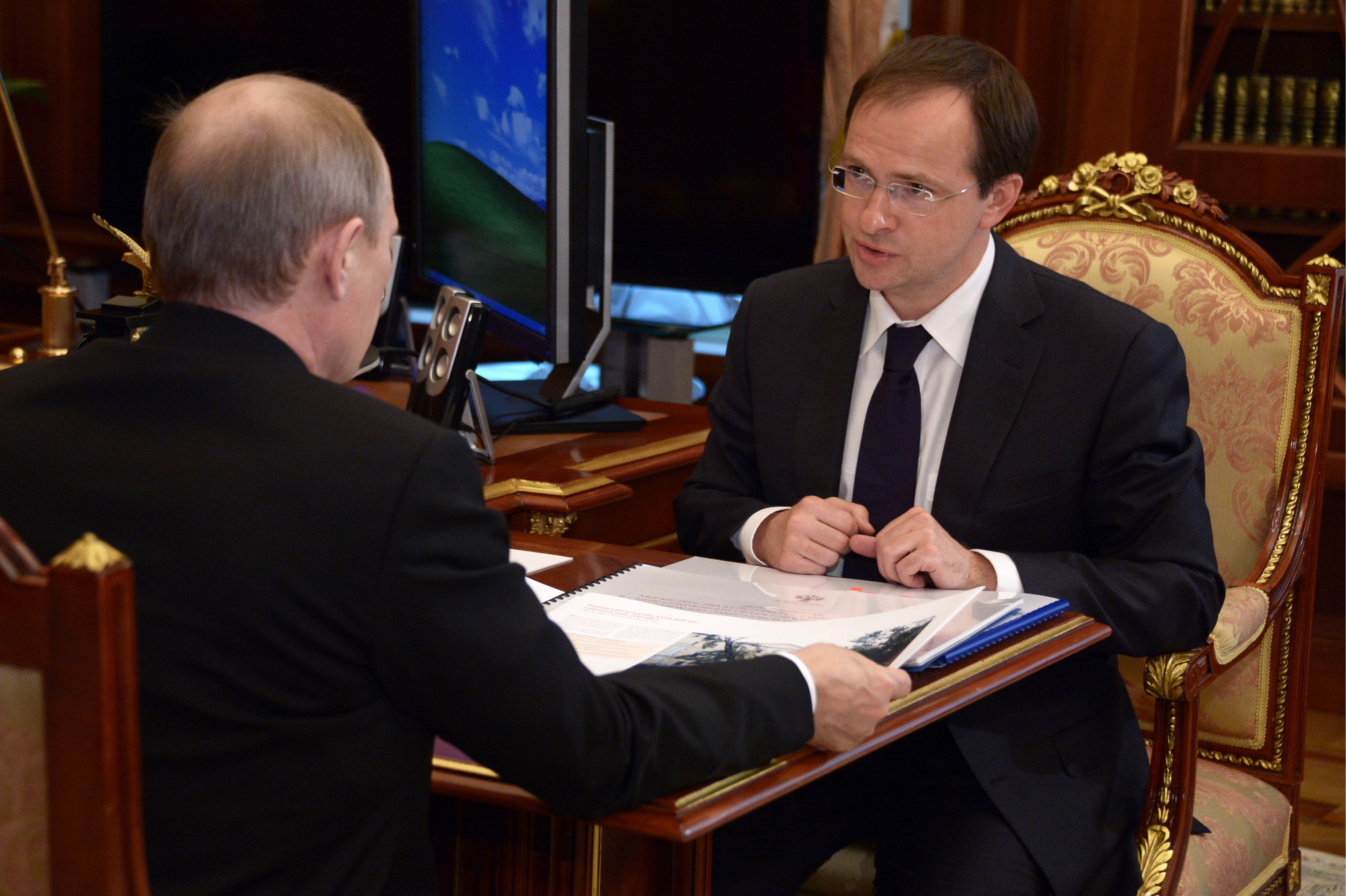 Президент России Владимир Путин и министр культуры РФ Владимир Мединский во время встречи