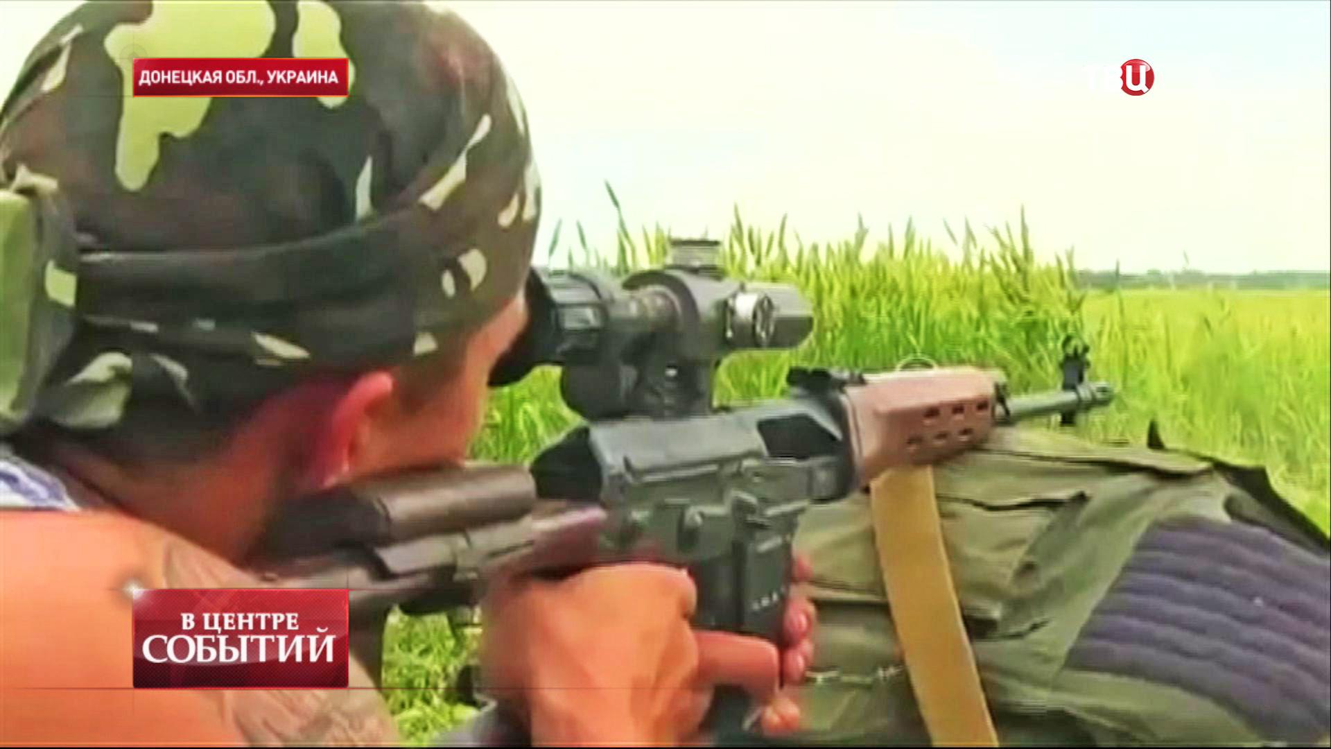 Боец народного ополчения ведет прицельную стрельбу