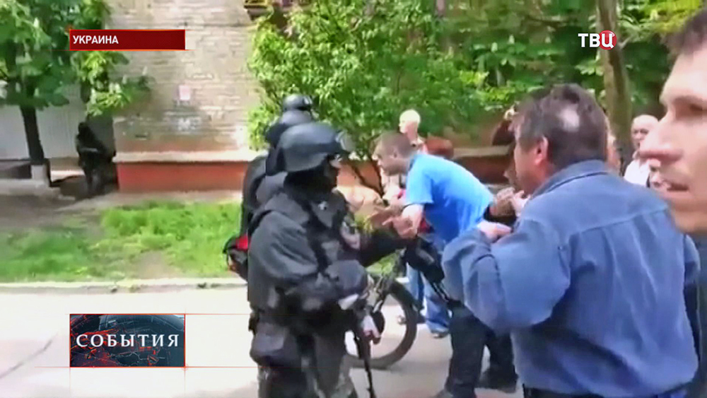 Солдаты украинской армии и местные жители