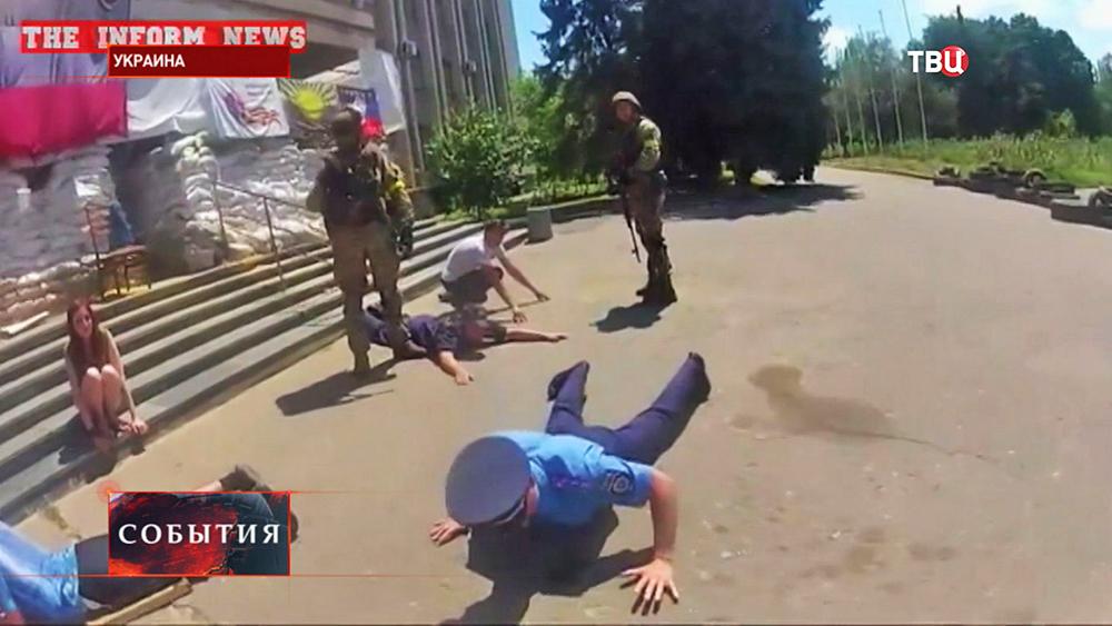 Украинские военные арестовывают жителей Славянска
