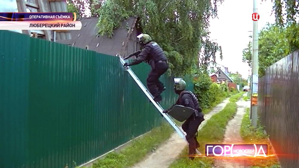 Полицейский спецназ проводит спецоперацию в Люберецком районе
